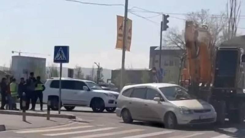 На Южной магистрали экскаватор врезался в «Хонду». Видео с места аварии