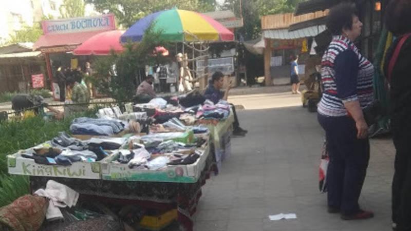 Бишкекчанка Самида жалуется на стихийную торговлю в Востоке-5. Фото