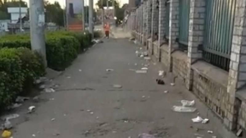 На Ошском рынке торговцы бросают мусор на тротуаре. Видео