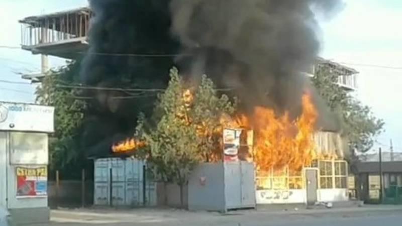 В Кызыл-Кие сгорел шинный магазин. Видео