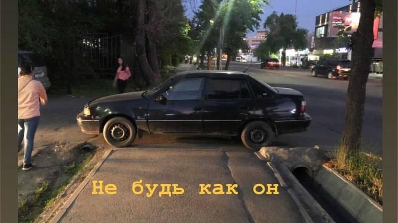 В Бишкеке водитель авто припарковался, перекрыв тротуар полностью
