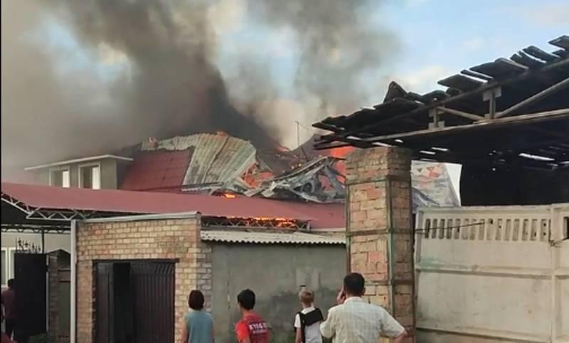 На западной окраине Бишкека горит таунхаус. Видео