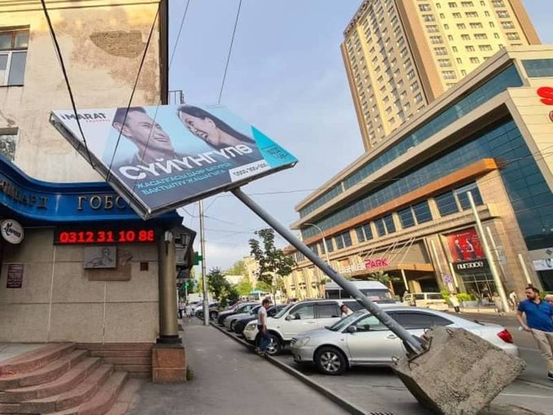 В Бишкеке во время сильного ветра упал рекламный щит