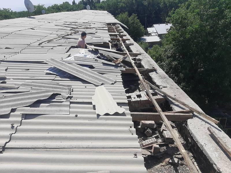 В городе Шопоков не восстановили крышу жилого дома, которую снесло сильным ветром