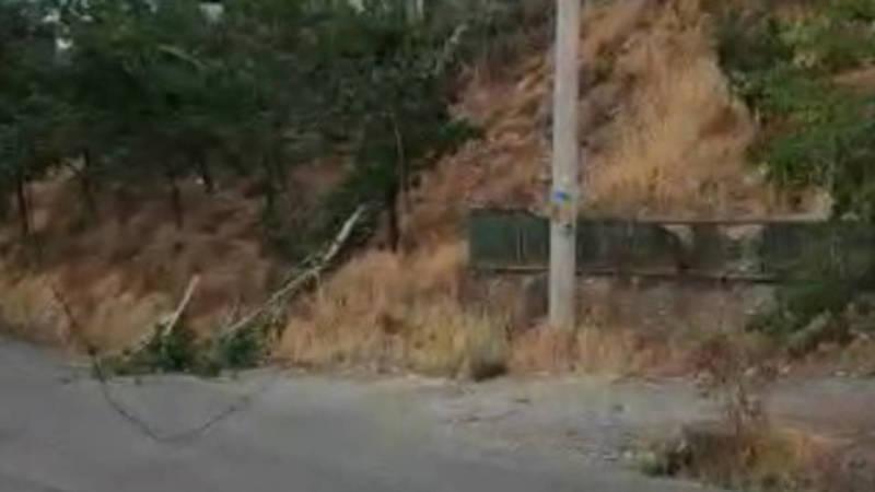 В Оше электрические провода оборвались и повисли над дорогой. Видео