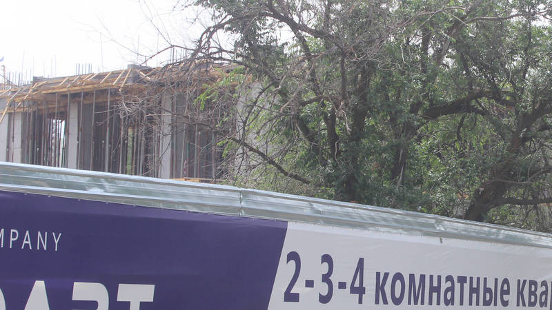 Житель Бишкека интересуется, законно ли строится «элитка» прямо у входа в новый парк на Южных воротах