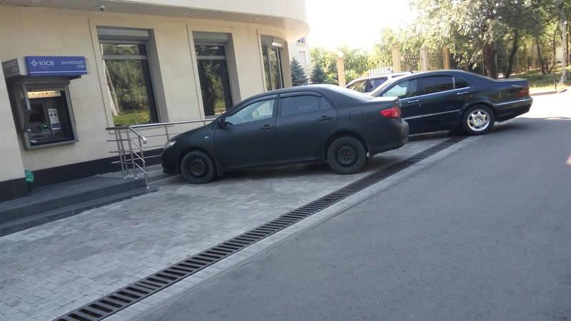 Законно ли банк организовал парковку по пр.Манаса?