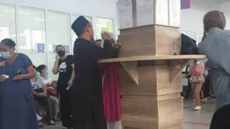 Жительница Бишкека жалуется на очередь в ЦОНе