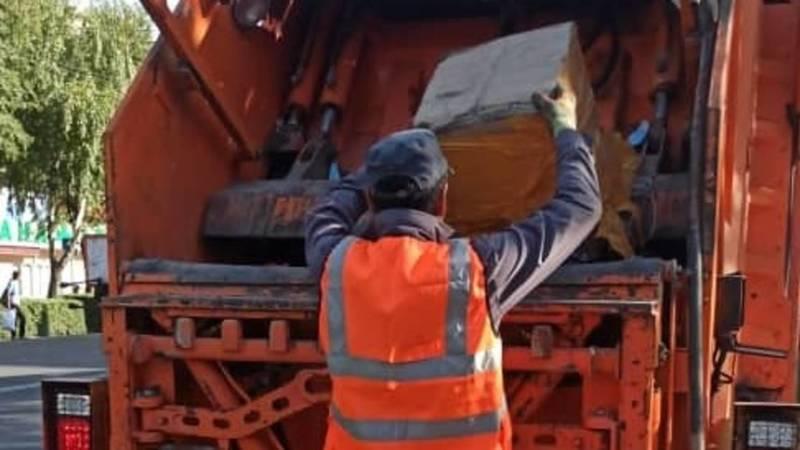 «Тазалык» убрал мусор на остановке в 8 мкр после жалобы горожанина. Фото