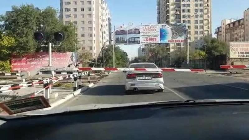 Водитель припарковался на дороге за шлагбаумом. Видео