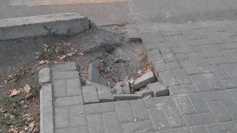 На тротуаре на Киевской провалилась брусчатка. Фото