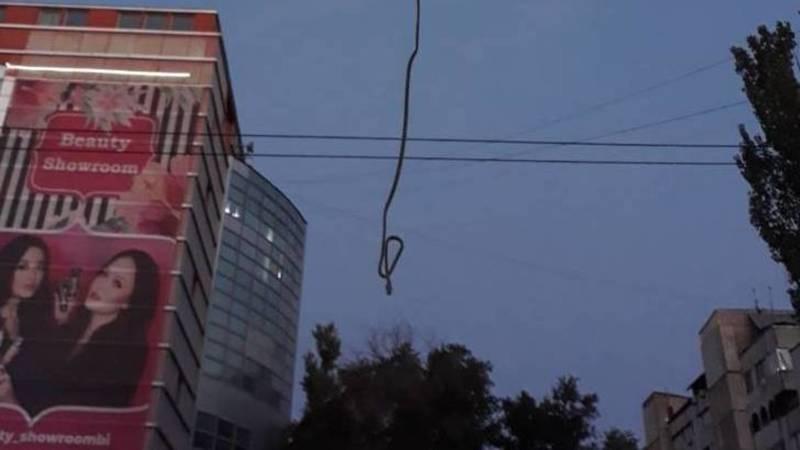 Возле ЦУМа над тротуаром свисает провод. Фото