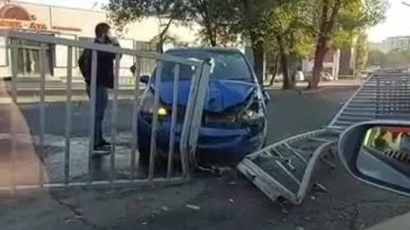 Машина «Яндекс Такси» врезалась в железный разделитель на Льва Толстого. Видео с места аварии