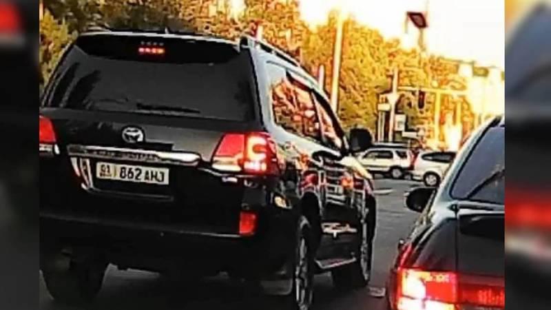 Toyota Land Cruiser выехал на встречку на Жукеева-Пудовкина. Видео