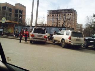 «На улице Карла Маркса в микрорайоне №7 водители этих машин припарковали авто на остановке», - сообщает житель. (Фото №2)