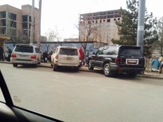 «На улице Карла Маркса в микрорайоне №7 водители этих машин припарковали авто на остановке», - сообщает житель.