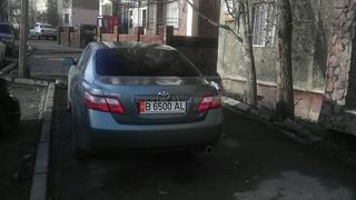 Читатель сообщает, что автолюбители в Бишкеке часто паркуют машины на тротуаре.