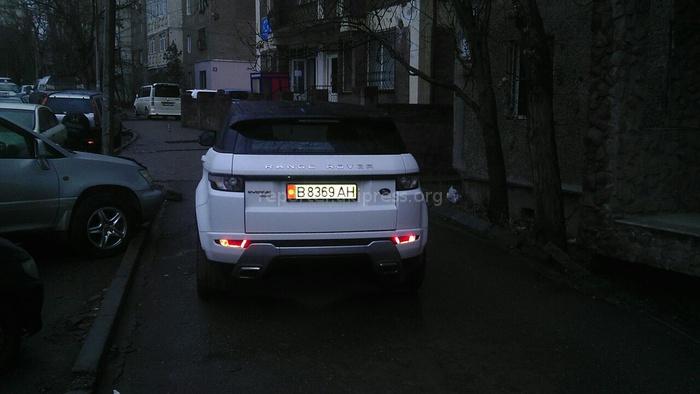 Читатель сообщает, что автолюбители в Бишкеке часто паркуют машины на тротуаре. (Фото №2)