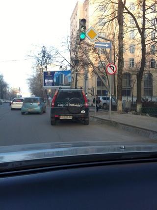 На доску позора автолюбителей направляю фото машины, которая каждое утро на повороте под светофором на Токтогула-Панфилова неправильно припарккована, - читатель