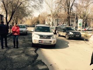 «Мадам оставила машину на проезжей части на против «Айыл-Банк»», - читатель (Фото №1)