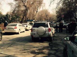 «Мадам оставила машину на проезжей части на против «Айыл-Банк»», - читатель (Фото №2)