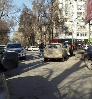 «Всем приходилось объезжать эту машину с номером B 7779 AL на Московская-Тыныстанова», - читатель. (Фото №2)