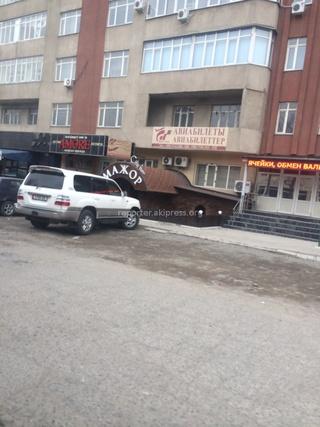 «Почему в выходной день 22 февраля служебная машина госкомпании стоит возле кафе «Мажор»? Номер машины 5788 ВВ», - читатель.
