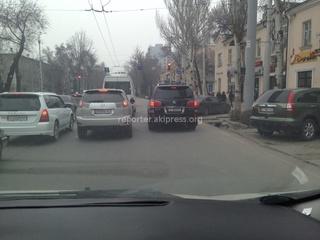 И так паркуются на Манаса-Московская, - автолюбитель