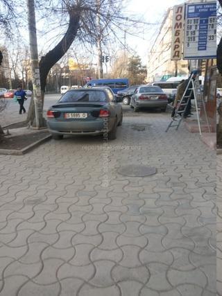 Парковка на тротуаре на Моссовете