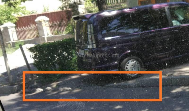 На улице Логвиненко сломали бордюр и сделали заезд. Законно ли? (фото)