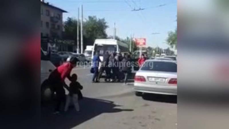 Видео — Водители маршруток не поделили дорогу и подрались посреди дороги