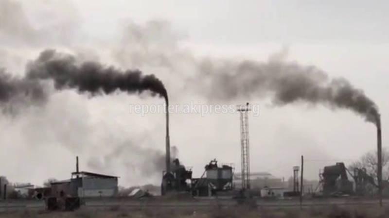 Житель Кара-Балты жалуется на черный дым асфальто-бетонного завода. Видео
