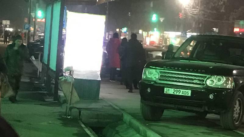 В Бишкеке на улице Суеркулова Range Rover припарковался на остановке, - очевидец (фото)