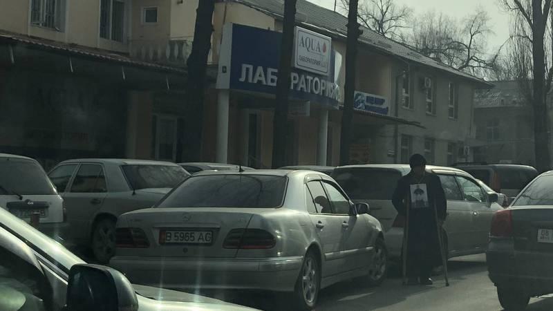 На Московской-Логвиненко стоят попрошайки и создают аварийную ситуацию, - читатель (фото)