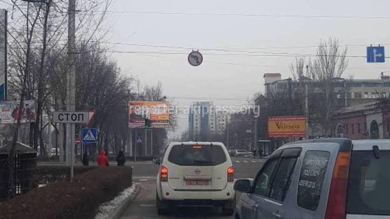 Видео – На Чуй-Ибраимова водитель «Ниссана» с дипномерами повернул на запрещающий знак