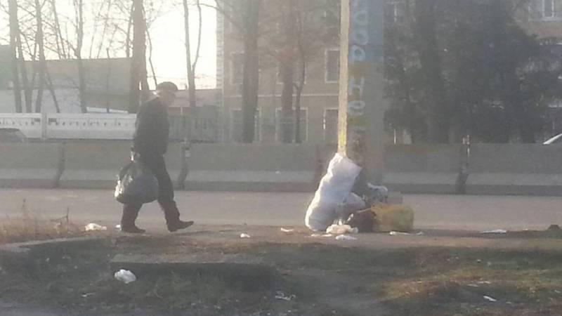 В Бишкеке на проспекте Ден Сяопина отсутствуют мусорные баки, - горожанин (фото)