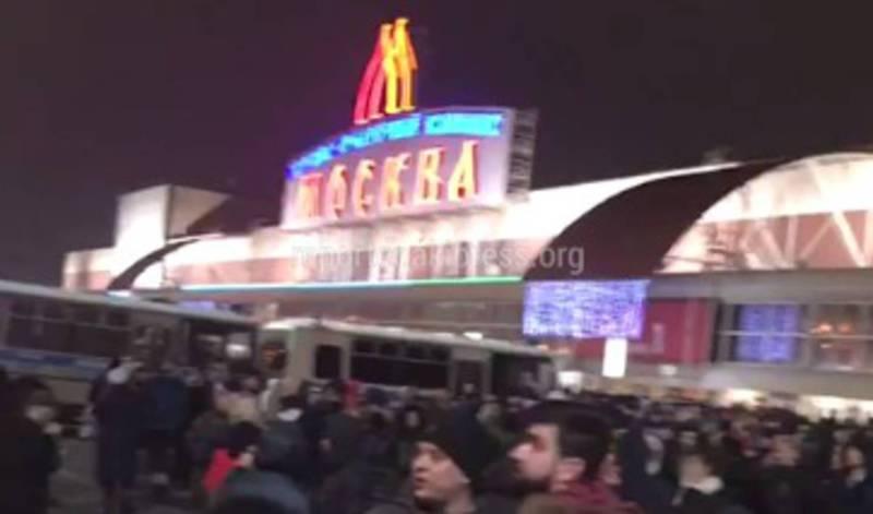В Москве полиция устроила облаву у торгового центра, кыргызские мигранты записали это на видео