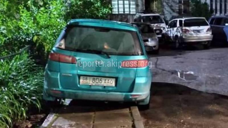 В Асанбае за домом №34 водители паркуют авто на тротуаре (фото)
