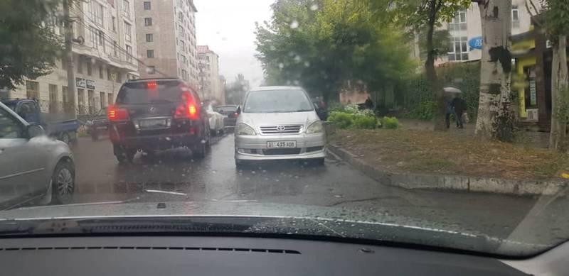 На ул.Исанова водители паркуются на проезжей части дороги (видео)