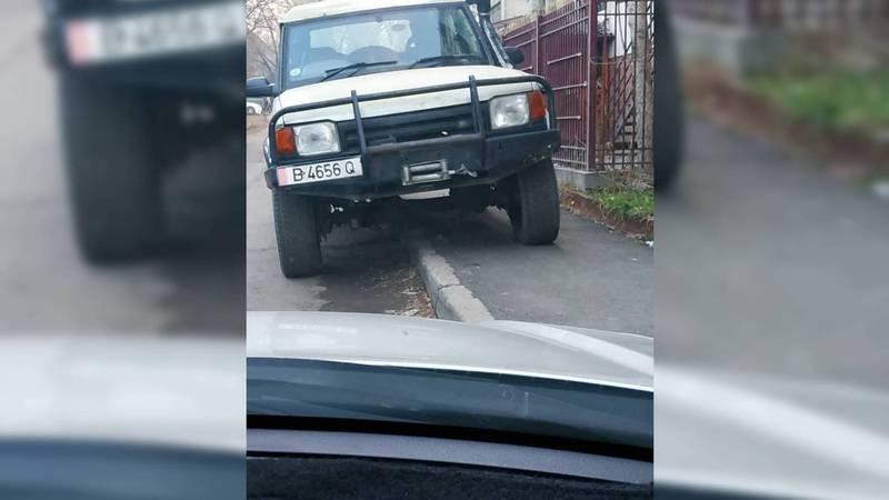 На улице Токтогула внедорожник припарковали на тротуаре (фото)
