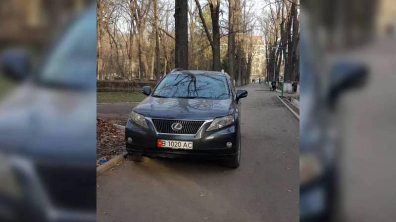 В сквере на Московской-Тоголок Молдо «Лексус» припарковали на тротуаре