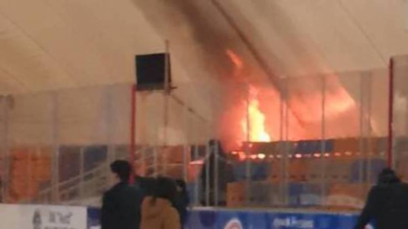 На городском катке произошел пожар. Видео