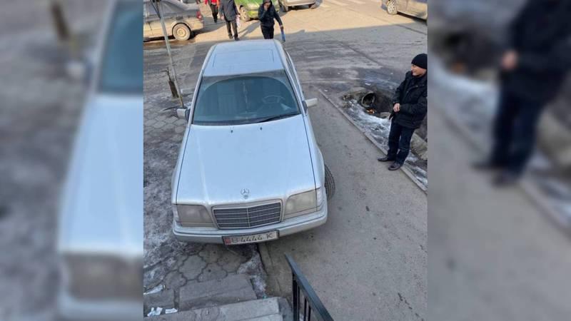На Ильменской-Лумумбы «Мерседес» мешает проходу пешеходов. Фото