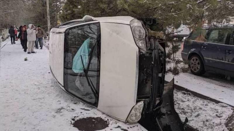 В Кара-Балте произошло ДТП, от удара машина перевернулась. Видео, фото