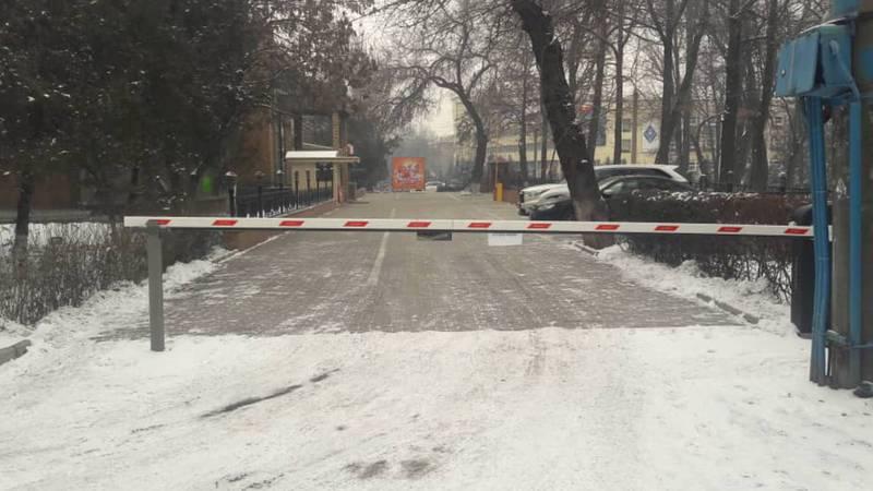 Горожанин спрашивает, на каком основании установлен шлагбаум на тротуаре в парке Панфилова?