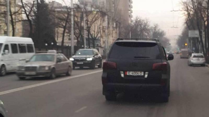В центре Бишкека ехал полностью затонированный «Лексус». Видео, фото