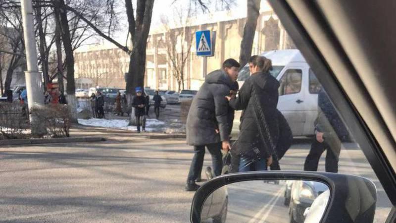 На проспекте Ч.Айтматова возле университетов сбили пешехода. Фото