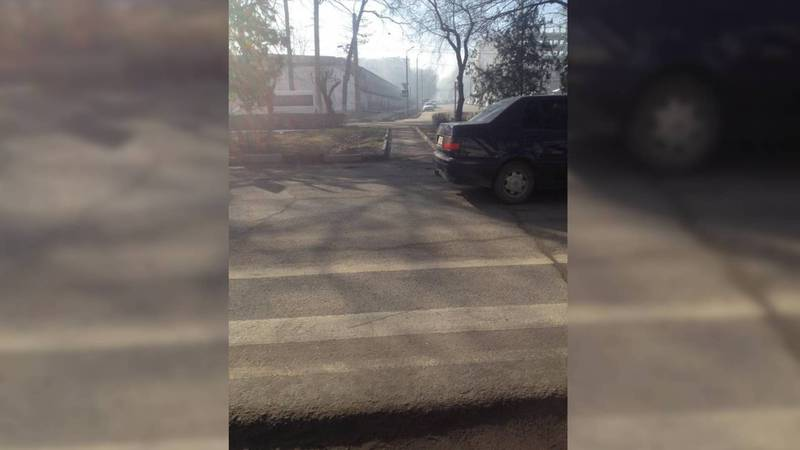 На Жибек Жолу-Тыныстанова стерлась разметка пешеходного перехода. Фото