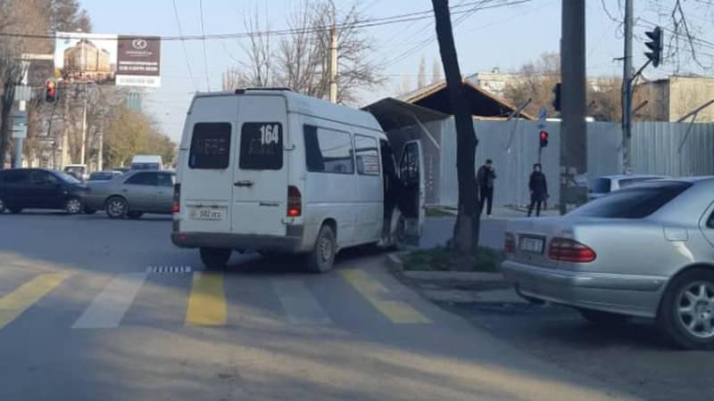 На Элебаева-Кулатова водитель маршрутки высаживает людей на перекрестке. Фото