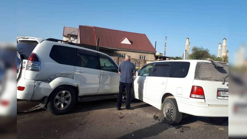 На улице Фрунзе в Бишкеке столкнулись 3 машины. Фото